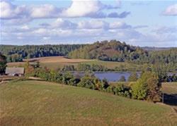 Widok na Wzgórze Zamkowe na Suwalszczyźnie w Suwalskim Parku Narodowym. Późne lato