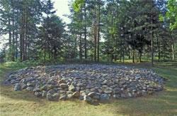 Szwajcarski las obok Suwałk a wnim kamienny kopiec - miejsce pochówku jaćwieskiego - Kliknięcie spowoduje wyświetlenie powiększenia zdjęcia