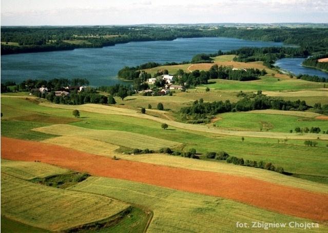 Zdjęcie lotnicze - widok na pola i jezioro - Kliknięcie spowoduje wyświetlenie powiększenia zdjęcia