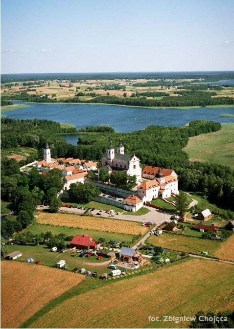 Zdjęcie lotnicze - widok na Zespół poklasztorny na Wigrach - Kliknięcie spowoduje wyświetlenie powiększenia zdjęcia