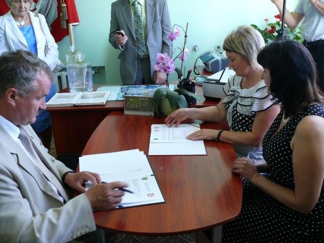 przedstawiciele samorządów podpisują porozumienie przy stoliku - Kliknięcie spowoduje wyświetlenie powiększenia zdjęcia