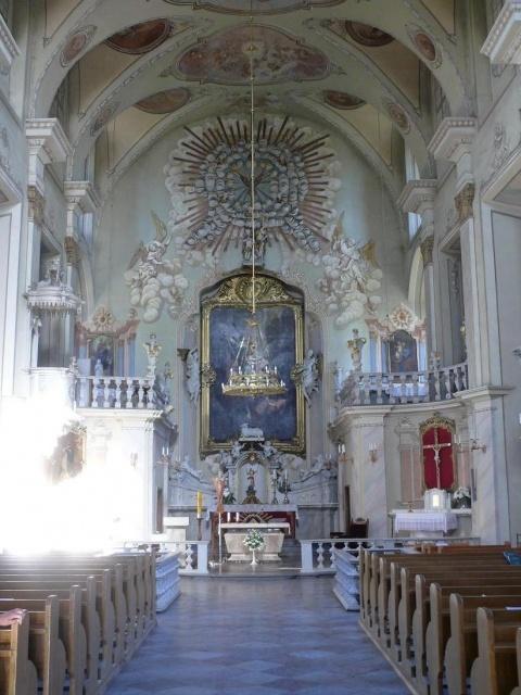 wnetrze kościoła w Jieznas - Kliknięcie spowoduje wyświetlenie powiększenia zdjęcia