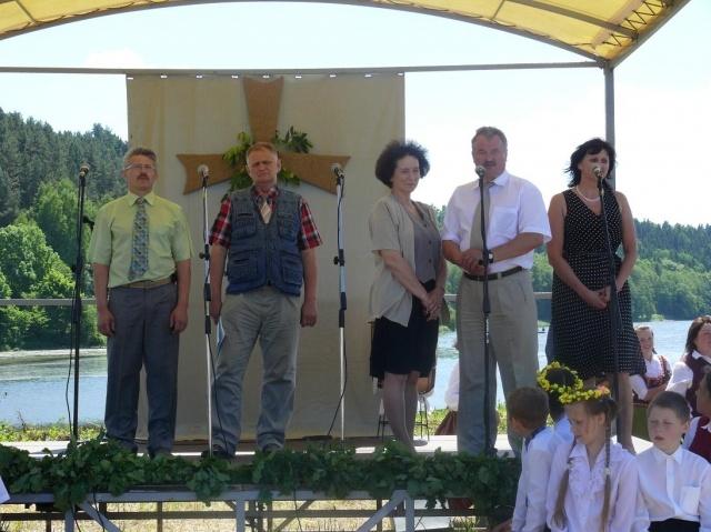 Wicestarosta na scenie podczas rozpoczęcia festynu folklorystycznego nad Niemnem - Kliknięcie spowoduje wyświetlenie powiększenia zdjęcia
