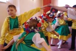 Występ folklorystycznego zespołu dziecięcego