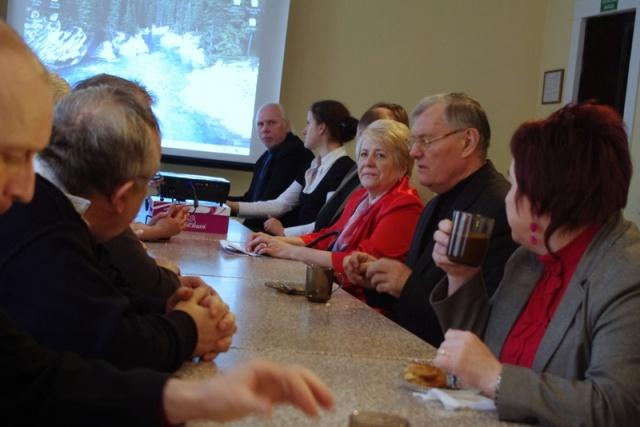 Delegaci spotkania przy stole konferencyjnym - Kliknięcie spowoduje wyświetlenie powiększenia zdjęcia
