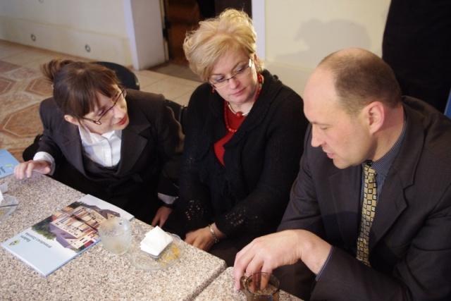 Przedstawiciele przy stole rozmawiają o inwestycjach z samorządem Kalwarii - Kliknięcie spowoduje wyświetlenie powiększenia zdjęcia