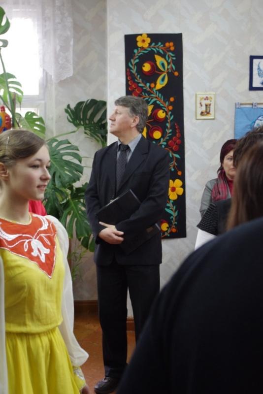 ludzie w pomieszczniu Centrum Młodzieży - Kliknięcie spowoduje wyświetlenie powiększenia zdjęcia