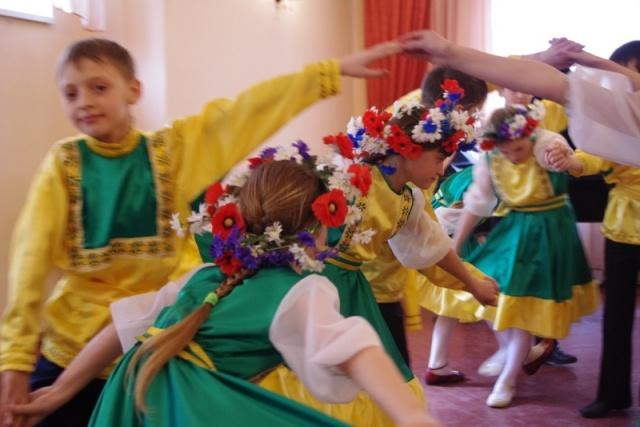 Występ folklorystycznego zespołu dziecięcego - Kliknięcie spowoduje wyświetlenie powiększenia zdjęcia