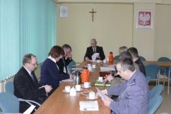 przedstawiciele władz siedza przy stole na posiedzeniu Powiatowego Zespołu Zarządzania Kryzysowego