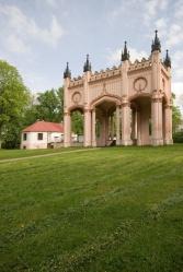 Pozostałości neogotyckiego pałacu Paca w Dowspudzie