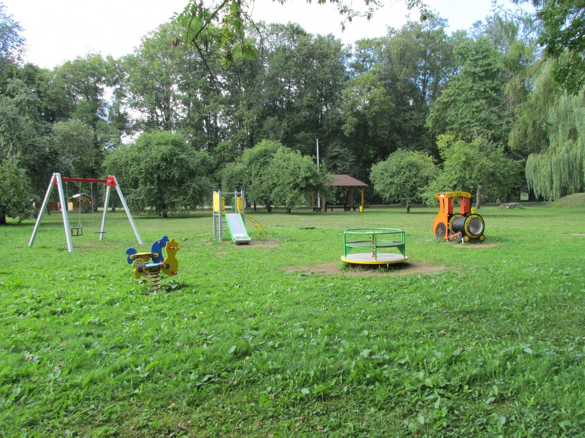 Urządzenia placu zabaw na polanie - Kliknięcie spowoduje wyświetlenie powiększenia zdjęcia