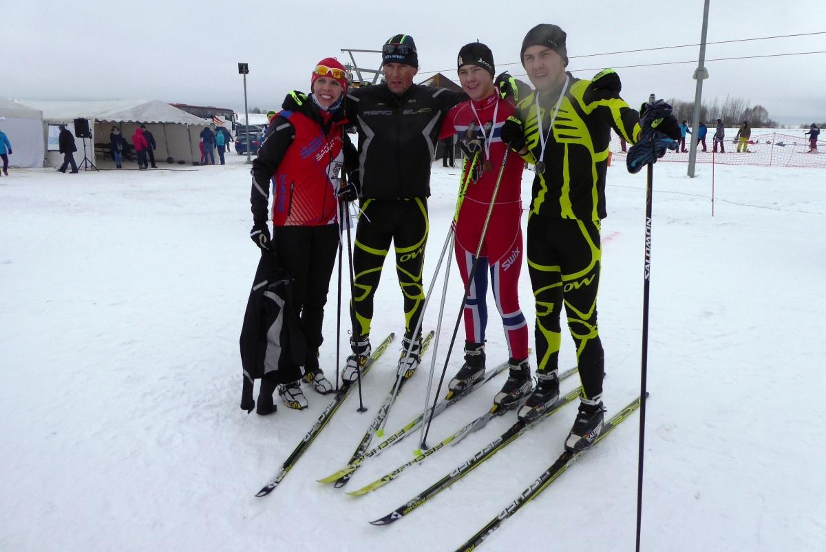 Fotografia przedstawia 4 zawodników - narciarzy - Kliknięcie spowoduje wyświetlenie powiększenia zdjęcia