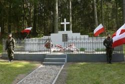 Zdjecie mogiły pomordowanych z wartą honorową pełnioną przez żołnierzy RP