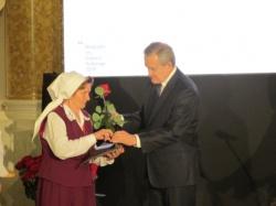 Anna Andruszkiewicz z Wiżajn- otrzymała nagrodę w kategorii twórców  z dziedziny plastyki  i folkloru muzyczno - tanecznego
