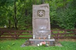 Władze Powiatu Suwalskiego złożyły pod pomnikiem w Leszczewku wiązankę kwiatów w hołdzie ułanom