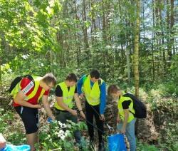 Akcja sprzątania szlaków turystycznych z udziałem uczniów ze szkół z terenu powiatu suwalskiego